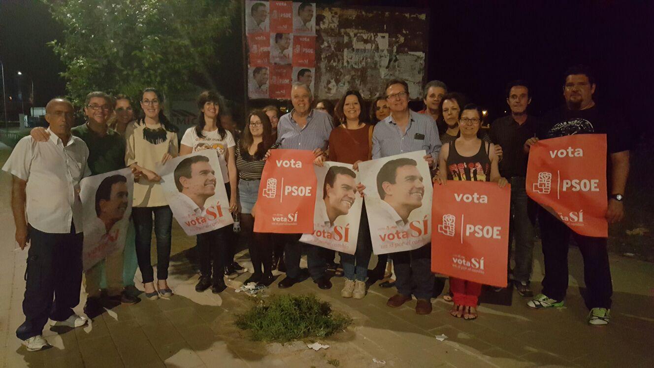 LA CAMPAÑA ELECTORAL COMENZABA ANOCHE EN VILLAFRANCA CON UNA PEGADA DE CARTELES DEL PSOE
