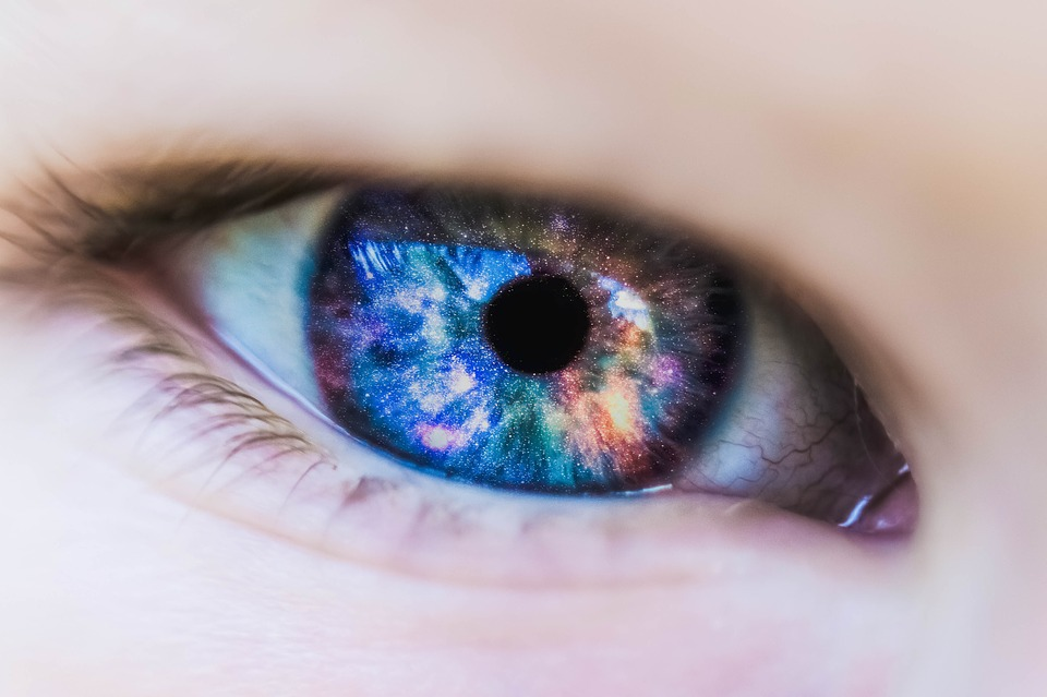 Bahaya Kenakan Lensa Kontak saat Mandi, Bisa Sebabkan Kebutaan! - Info Unik