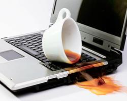 derramar bebida no teclado