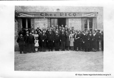 """Photo noir et blanc """"Restaurant Chez Picq"""" vers Thiers."""