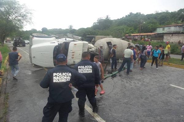 Camión de cemento volcado por mal estado de las vías en Lara