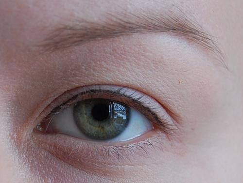Silmäluomi Värisee