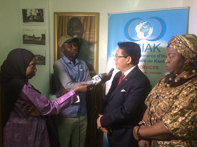 Dubes-RI-Dakar-Mansyur-Pangeran-Diwawancari-oleh-Jurnalis-Setempat -di-Kantor-KADIN-Kaolack