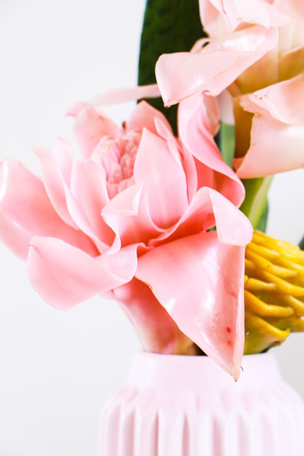 arranjo com flores tropicais