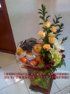 Karangan Bunga Dan Buah Dengan Bunga Mawar