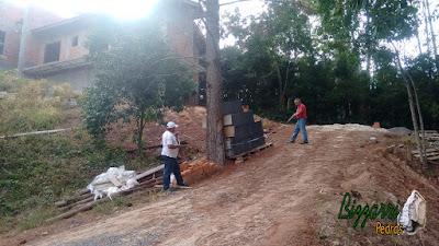 Bizzarri, da Bizzarri Pedras, visitando uma obra em condomínio em Atibaia-SP onde vamos fazer o muro de arrimo com pedra com a rampa para o carro com o piso de pedra. 09 de maio de 2017.