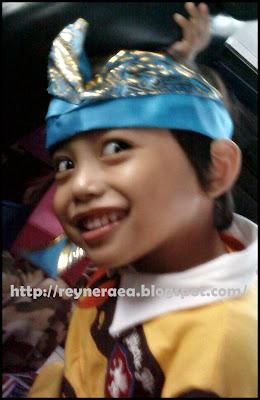 memakai ikat kepala khas Bali