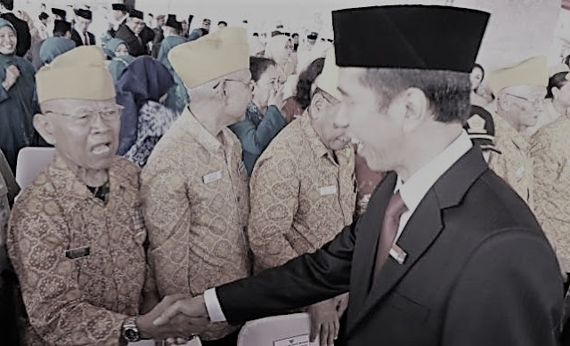 Joko Widodo menyalami para pejuang seusai menjadi inspektur upacara HUT Ke-69 RI di lapangan Monas, Jakarta, Minggu (17/8/2014).