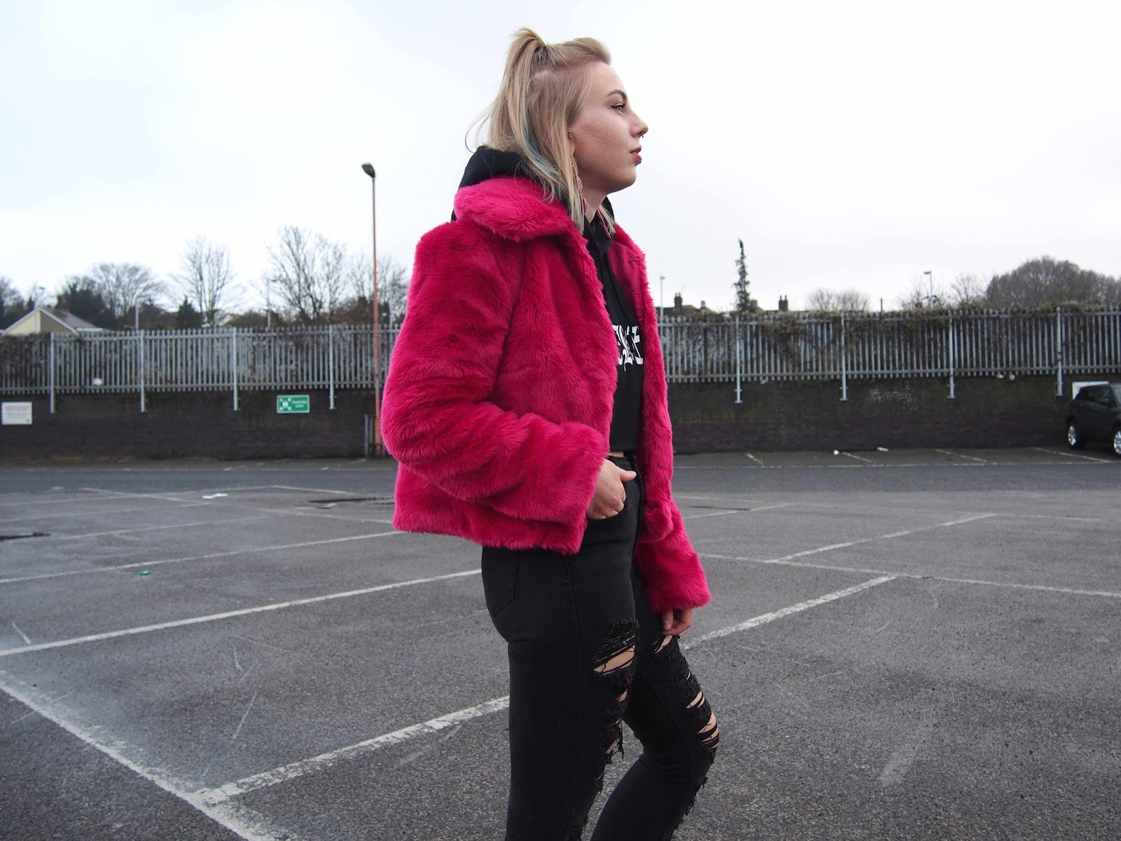 asos pink faux fur coat, cropped hoodie in the winter, cropped jumper, high waisted black skinny ripped jeans, pink high top converse, black and pink, grunge alternative 90's style 1