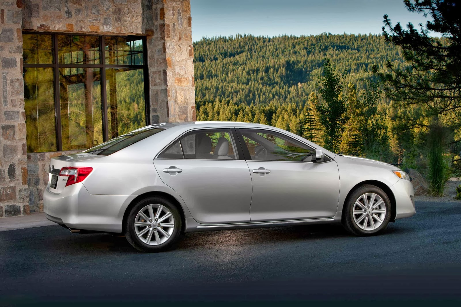 the 2013 toyota camry xle v6 can run with nissan altima and honda accord but can it dance. Black Bedroom Furniture Sets. Home Design Ideas