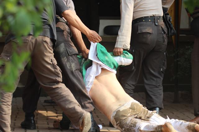 Anggota FPI ini Diseret Keluar Oleh Petugas MK Lantaran Lancang Meneriaki 'Ahok Anjing Gila'