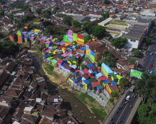 www.Tinuku.com Full color Jodipan village project by Indana Paint and studio Guys Pro in Malang