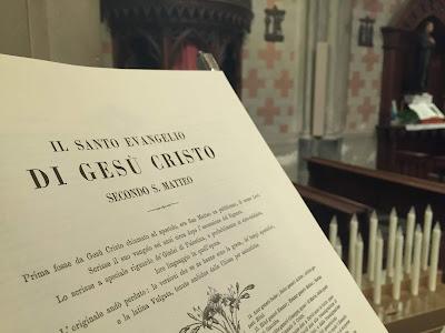 Aufgeschlagene Bibel in San Vittorio, Kerzen im Hintergrund