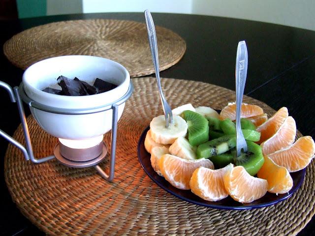 fondue z czekolada i owocami