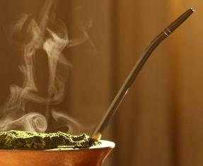 Imagem de um chimarrão quentinho. Quais são os benefícios da erva mate afinal?