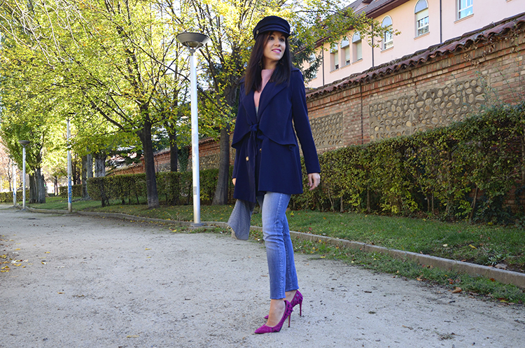 blue_outfit_blogger_sailor_cap_look_jeans_pink_stilettos_sweatter
