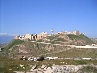 الجيش السوري يدخل بلدة المضيق وقلعتها الأثرية.. وانهيار كامل لدفاعات المسلحين