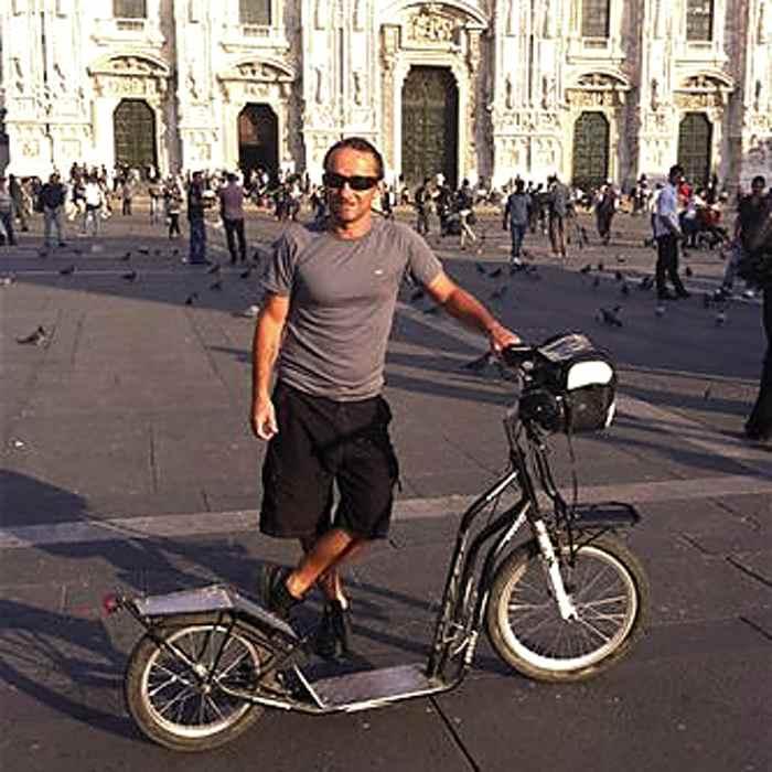Stef Dietschi et sa trottinette Yedoo, en Italie