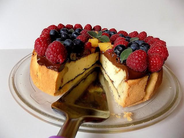 Sernik z owocami i czekoladą