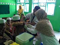 Imunisasi MR oleh Puskesmas Wonoasih di MI Tashilul Mubtadiin