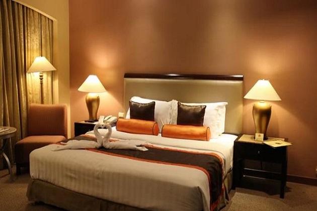 kenapa kamar hotel tidak menyediakan guling?