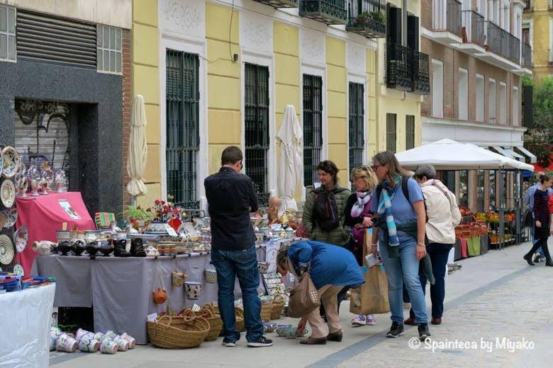Feria de la Cacharrería マドリードの陶器市で品定めする市民