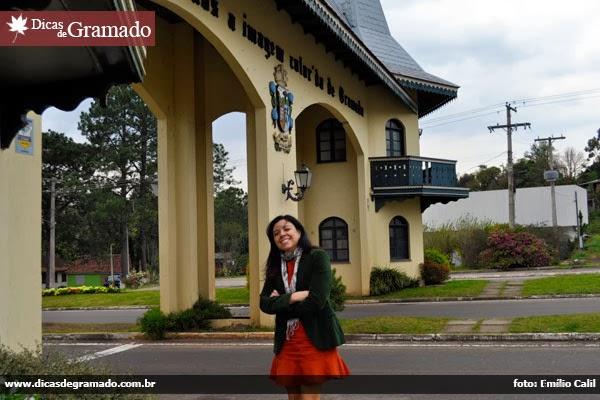 Aline no pórtico de entrada de Gramado/RS