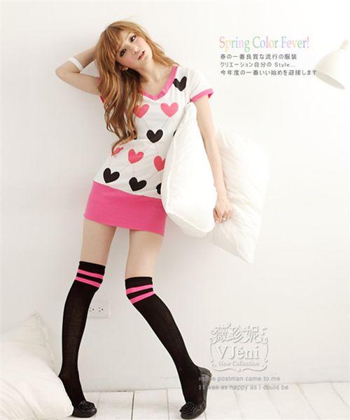 Modelo japonesa en minifalda con blusa de corazones