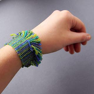 купить браслеты из бисера Необычное украшение из бисера в сине-зелёных тонах