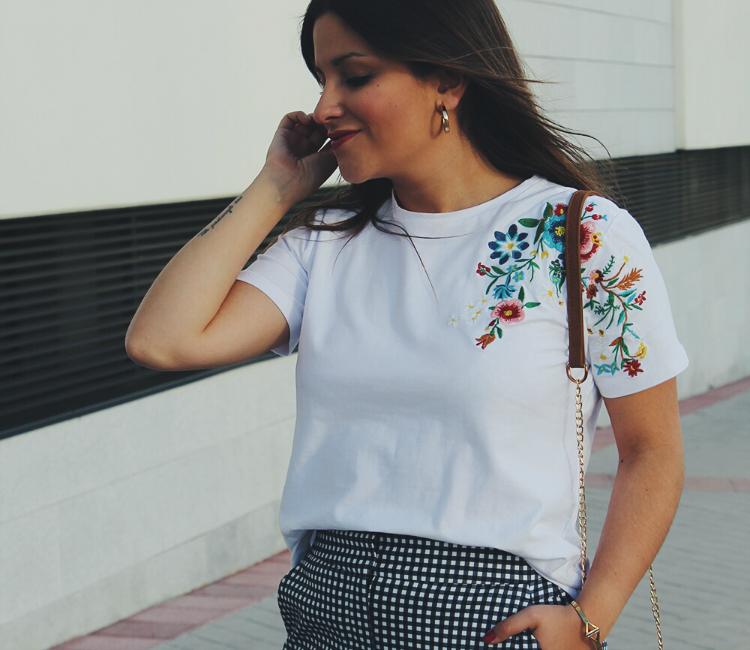 Blogger de moda con camiseta de flores bordadas