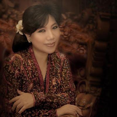 """Biografi Anne Avantie     Kehidupan Pribadi   Anne Avantie dilahirkan di RS Bunda, Semarang pada tanggal 20 Mei 1964 dengan nama asli Sianne Avantie. Bersama kedua orang tuanya yang merupakan warna keturunan Tionghoa, Anne menghabiskan masa kecilnya di kota Solo. Ayahnya, Hari Alexander memiliki usaha variasi mobil, sedangkan ibunya, Amie Indriati memiliki usaha salon.[duduk di bangku sekolah dasar, Anne telah menunjukkan kreatifitasnya dalam dunia mode, di antaranya adalah kemampuannya membuat berbagai pita/hiasan rambut untuk dijual ke teman-temannya. Avantie menikah dengan Yoseph Henry memiliki 3 orang anak, yaitu Intan Avantie, Ernest Christoga Susilo dan Ian Tadio Christoga Susilo.  Karir   Sejak kecil, Anne Avantie telah menunjukkan ketertarikan dalam dunia mode.Dia sering membuat kostum panggung untuk grup vokal dan tari di sekolah hingga berbagai ajang hiburan remaja lainnya di Solo. Pada tahun 1989, Anne memulai karirnys sebagai perancang busana dari sebuah rumah kontrakan dengan modal 2 mesin jahit. Tempat usaha pertamanya itu diberi nama """"Griya Busana Permatasari"""".Pada mulanya, dia banyak membuat kostum penari dan berbagai busana malam yang dicirikan hiasan manik-manik.Hingga tahun 2010, Anne memiliki dua butik di Mall Kelapa Gading dan Roémah Pengantén, Grand Indonesia.Selain itu, Anne juga memiliki toko bernama """"PENDOPO"""" yang menjual"""