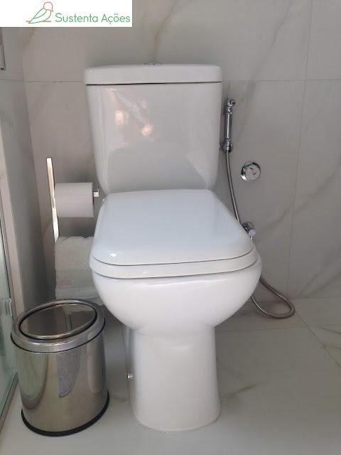 Ducha higiênica e toalhinha no banheiro