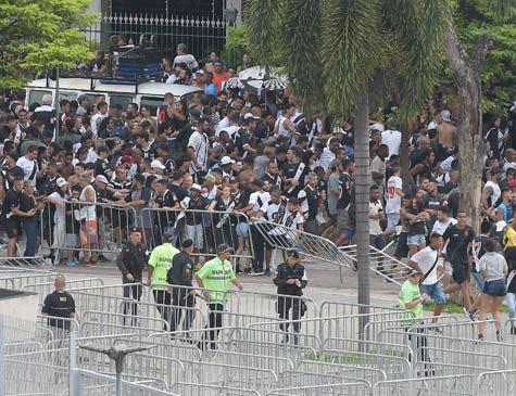Lado de fora do Maracanã tem confusão após decisão por portões fechados