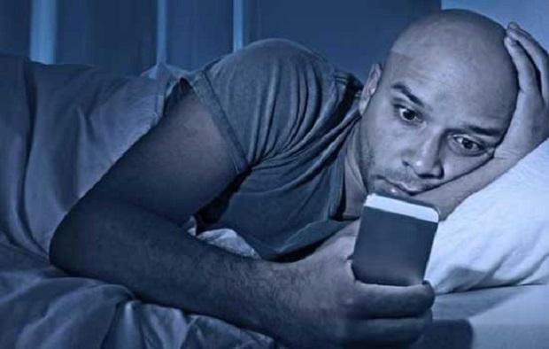 Tahukah Anda ? Bahayanya Main Smartphone Sambil Tiduran Dapat Mengalami Kebutaan