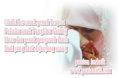 Gambar pantun budi seorang istri mencium tangan suami