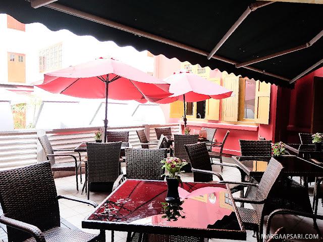 Suasana ruang makan di Capsule Pod Boutique Hostel