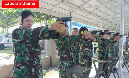 MENEMBAK : Latihan menembak yang dilaksanakan tiap tiga bulan sekali digelar di lapangan tembak Batalyon 465 Paskhas Brajamusti.  Photo Courtesy TNI AU Supadio