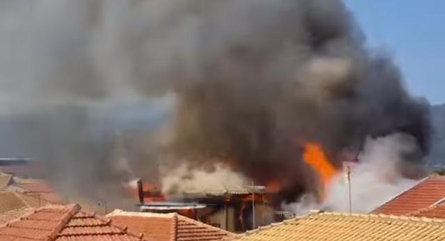 Συναγερμός στη Λευκάδα: Καίγονται σπίτια στο κέντρο της πόλης
