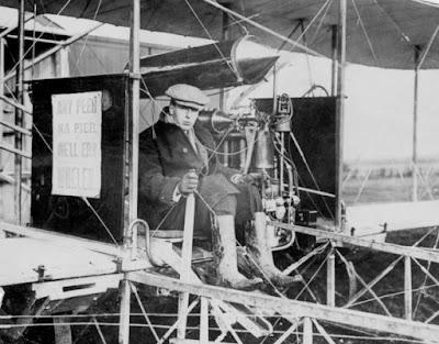 Moore-Brabazon fotografiado en uno de sus aviones