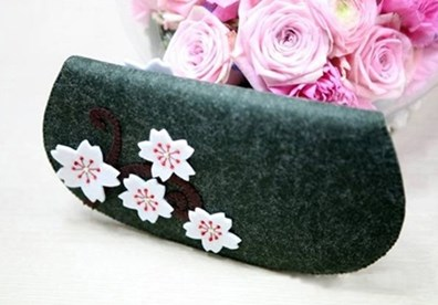 How to sew a cherry blossom wallet from felt cloth