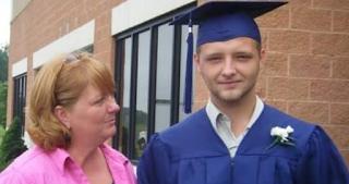 «Αυτή είναι η εικόνα του εθισμού» - Μητέρα δείχνει την φωτό του νεκρού γιου της από ναρκωτικά και σοκάρει