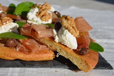 Pizza, Prosciutto, Ricotta, Olive Taggiasche e Salsa di Fichi