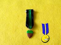 Foto de medalla en fimo hecha a mano con forma de bellota