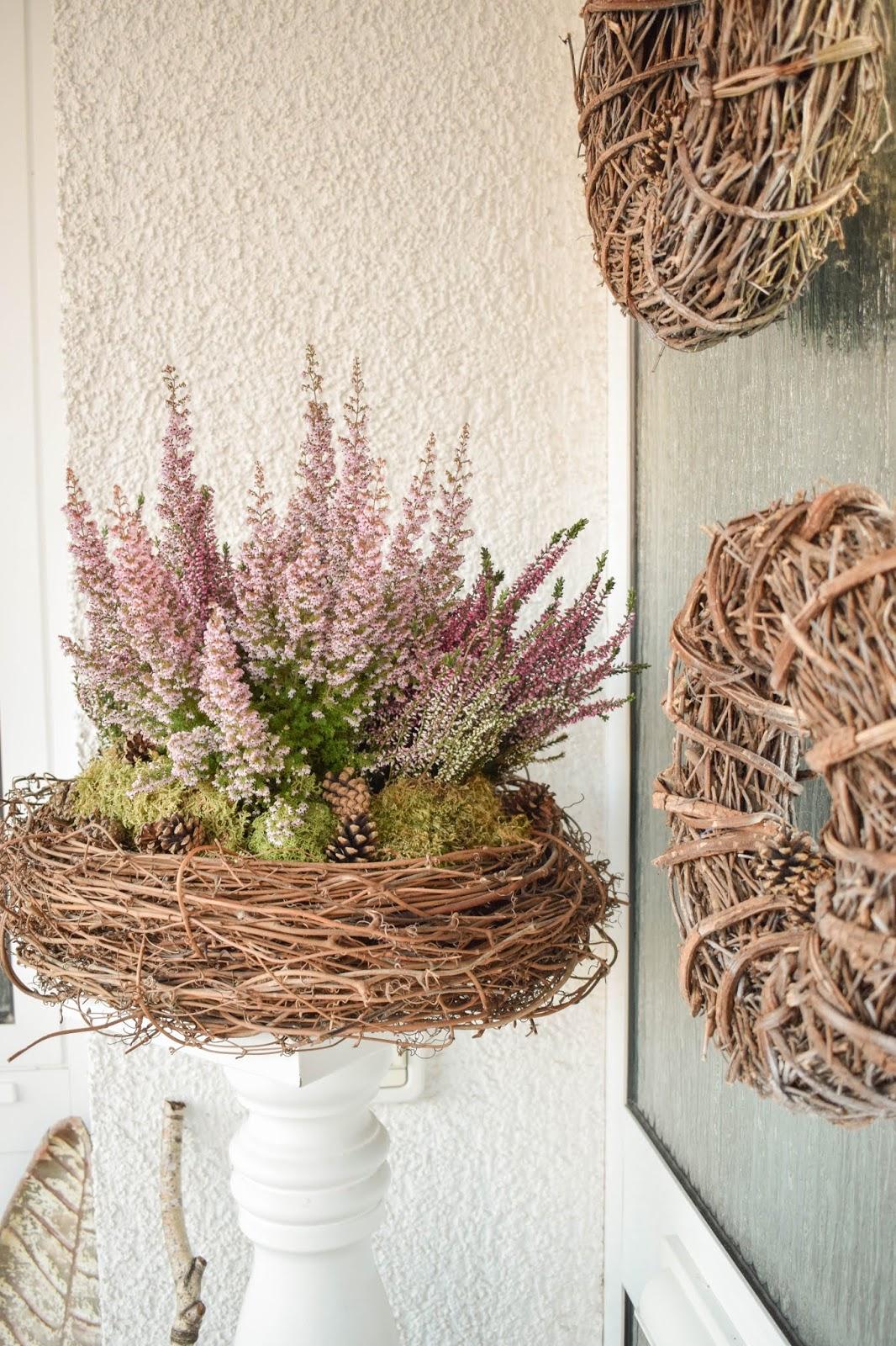 DIY Deko für Herbst und Winter: natürlich mit Moos, Erika, Heidekraut, Zapfen dekorieren. Dekoidee Haustüre Konsole Sideboard