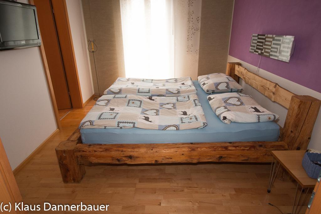 klaus dannerbauer bett aus alten holzbalken. Black Bedroom Furniture Sets. Home Design Ideas