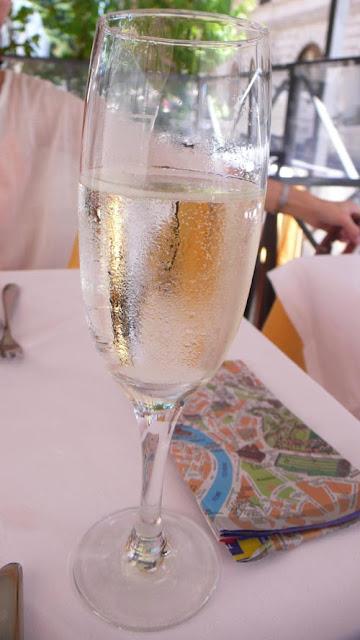 ローマは毎日暑かったのでひえひえのプロセッコ(スパークリング・ワイン)がうまい
