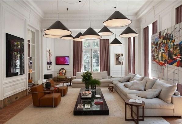 desain plafon ruang tamu mungil dengan lampu besar