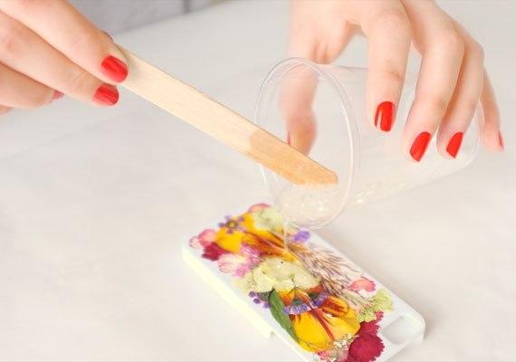 Как украсить чехол для телефона: сухоцветы