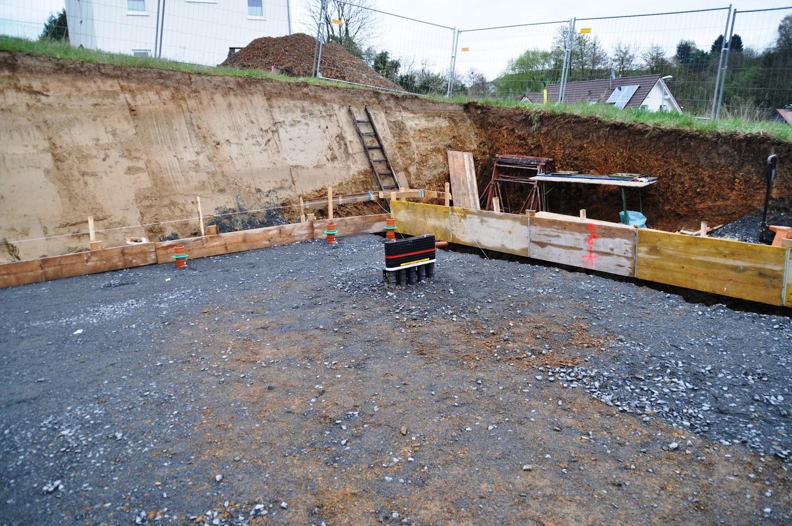 wir bauen ein haus am mühlberg: tag 6 - verlegen der abwasserrohre