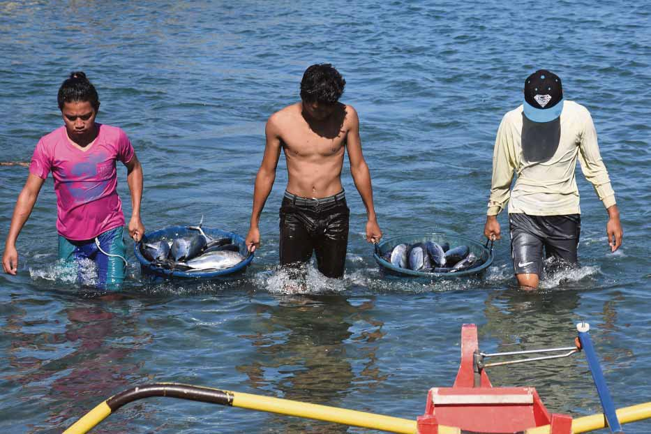 Pinoy fisher folks bring home their harvest from Scarborough Shoal